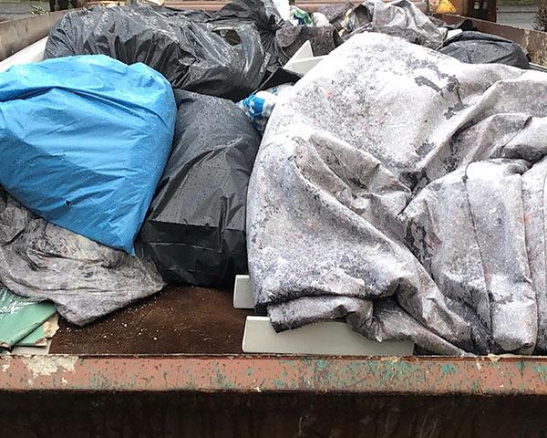 Container mit gemischtem Abfall