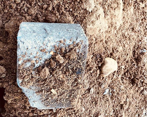 Nahaufname Pflasterstein in einem Bodenaushub