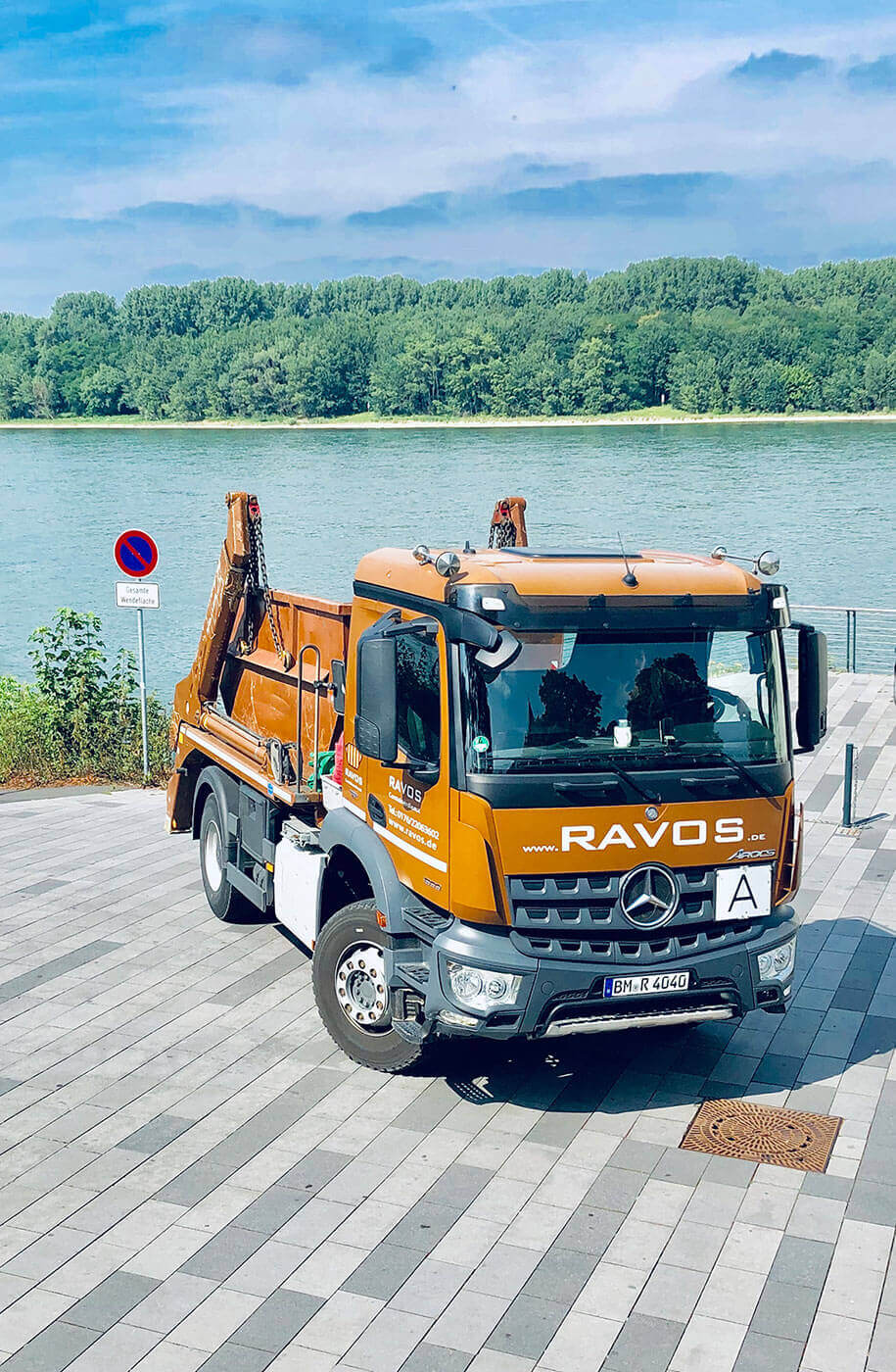 LKW mit Container von Ravos Containerdienst