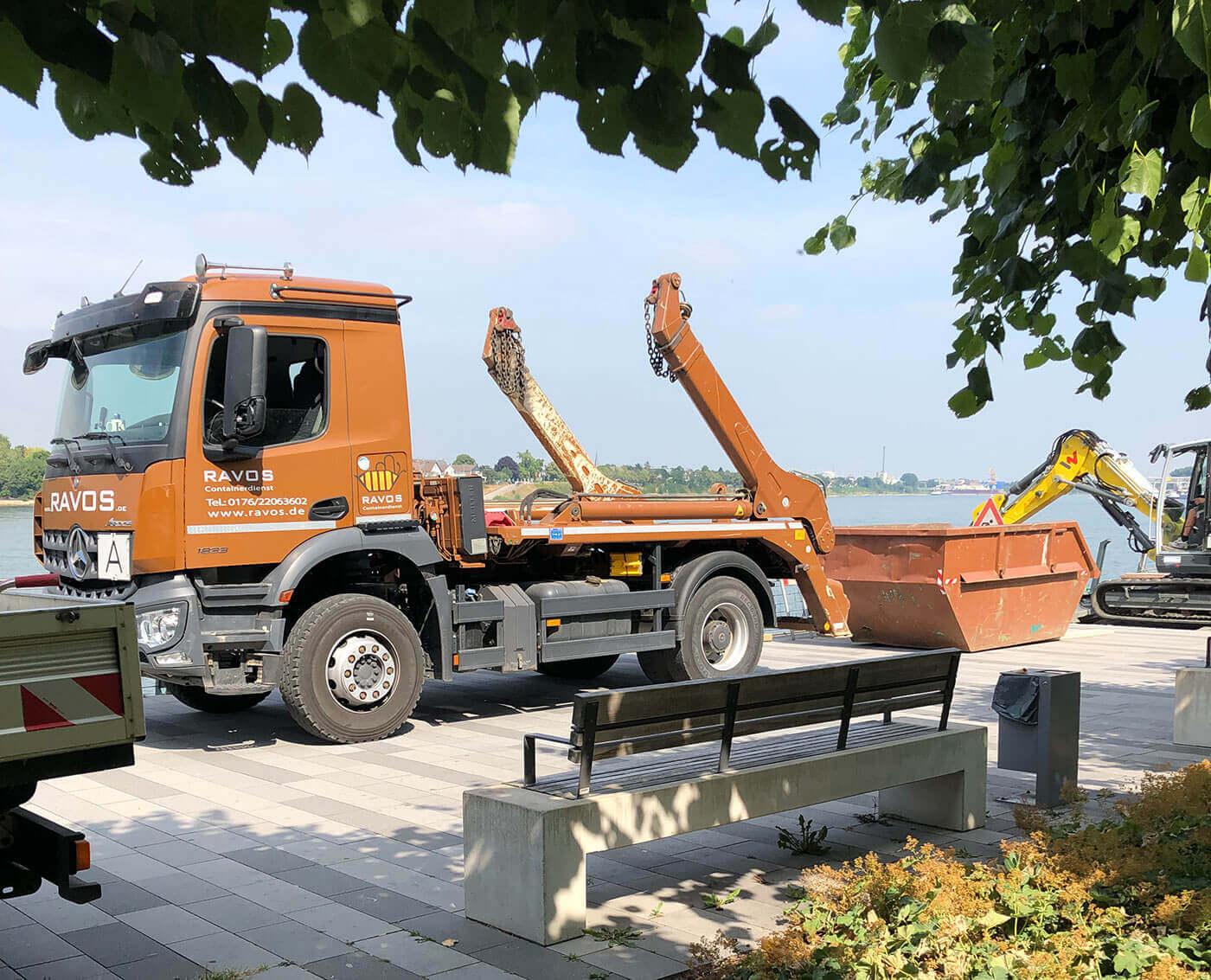 Ravos LKW und Bagger am Rheinufer