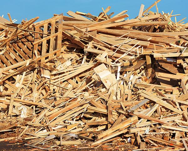 Aufgehäufter Holzabfall A1-A3