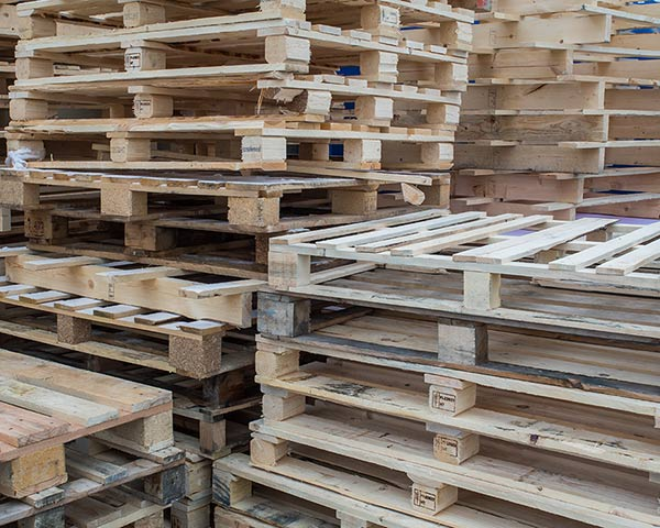 Gestapelte Holzpaletten