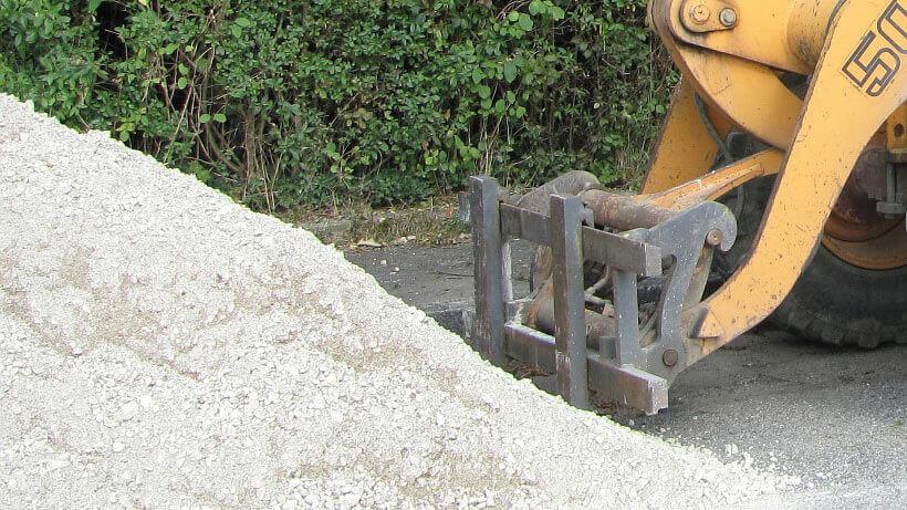 Anlieferung von Sand an einer Baustelle