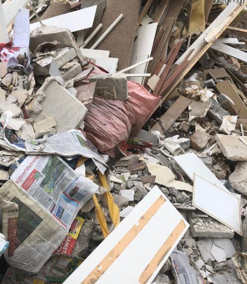 Müllsäcke mit Baumischabfall